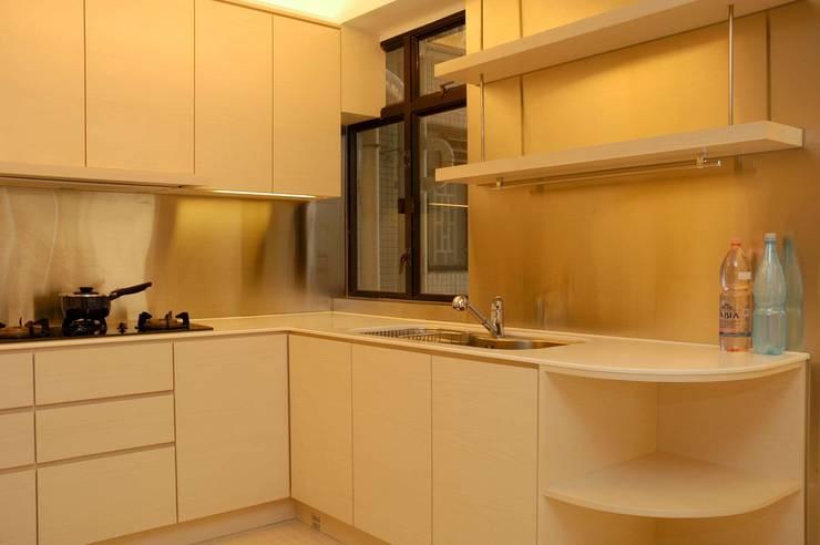 Park Towers: modern Kitchen by Clifton Leung Design Workshop