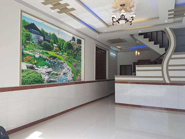 Màu sơn và gạch ốp trang nhã.:  Phòng khách by Công ty TNHH Thiết Kế Xây Dựng Song Phát