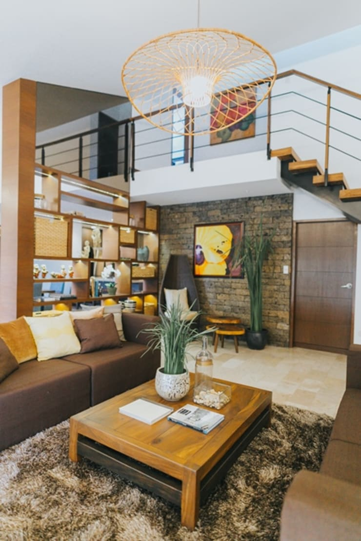 MTB House:  Living room by Living Innovations Design Unlimited, Inc.