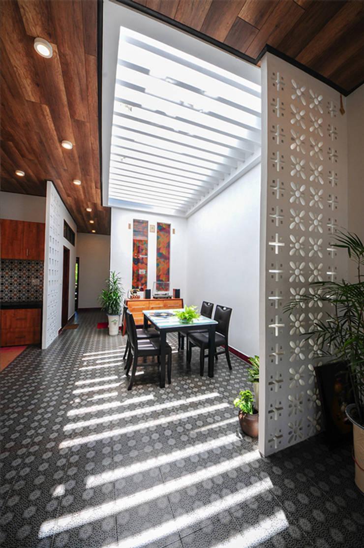 Salle à manger de style  par Công ty TNHH Xây Dựng TM – DV Song Phát