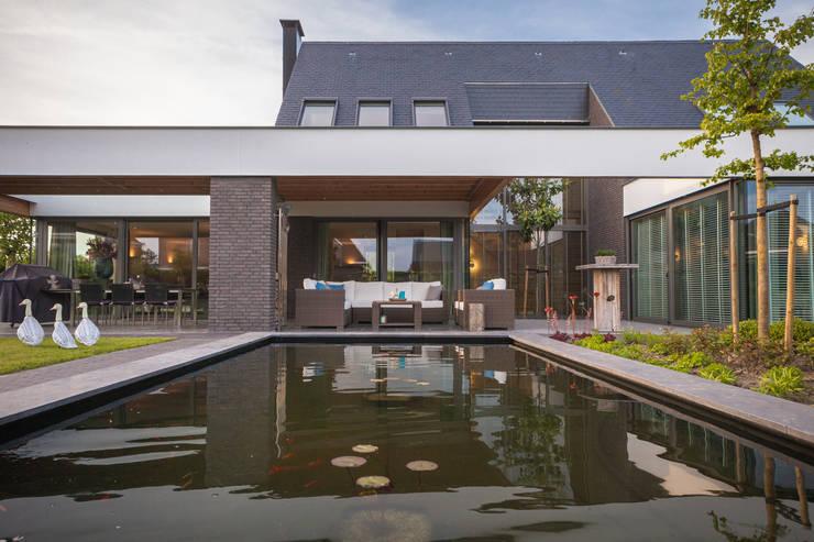 Achteraanzicht vijver:  Eengezinswoning door BB architecten