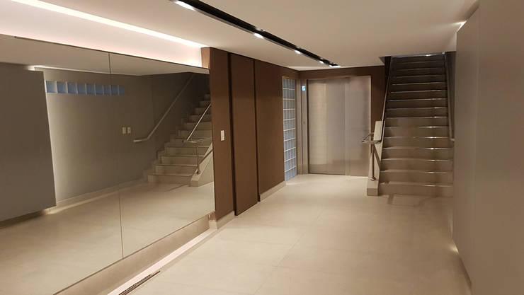 Edificio Quesada 2945: Pasillos y recibidores de estilo  por MDOS Desarrollos Inmobiliarios