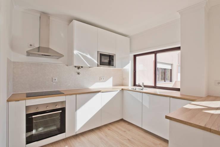 Cozinha : Armários de cozinha  por menta, creative architecture