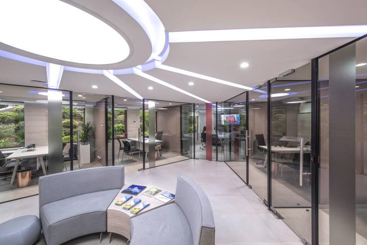 """Laboratorio y Oficinas """"VidaCel, Banco de Células Madre"""":  de estilo  por JVA"""