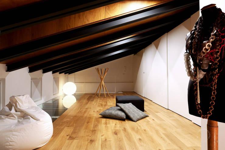 Piano mansardato: Camera da letto in stile in stile Moderno di Paola Maré Interior Designer