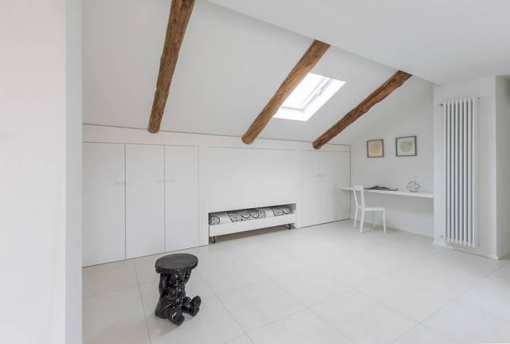 La mansarda: Camera da letto in stile in stile Moderno di Paola Maré Interior Designer
