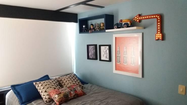 El color negro transformando una habitación juvenil: Dormitorios de estilo  por TICKTO STUDIO