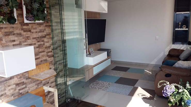 La creativa reforma del Star tv con balcón: Paisajismo de interiores de estilo  por TICKTO STUDIO