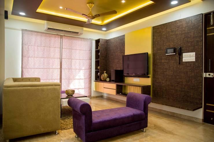 Mrs. Rama Vaidyananath:  Living room by Aesthetica