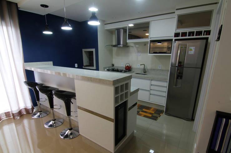Cozinha com bancada para refeiçõs: Armários e bancadas de cozinha  por Janete Krueger Arquitetura e Design