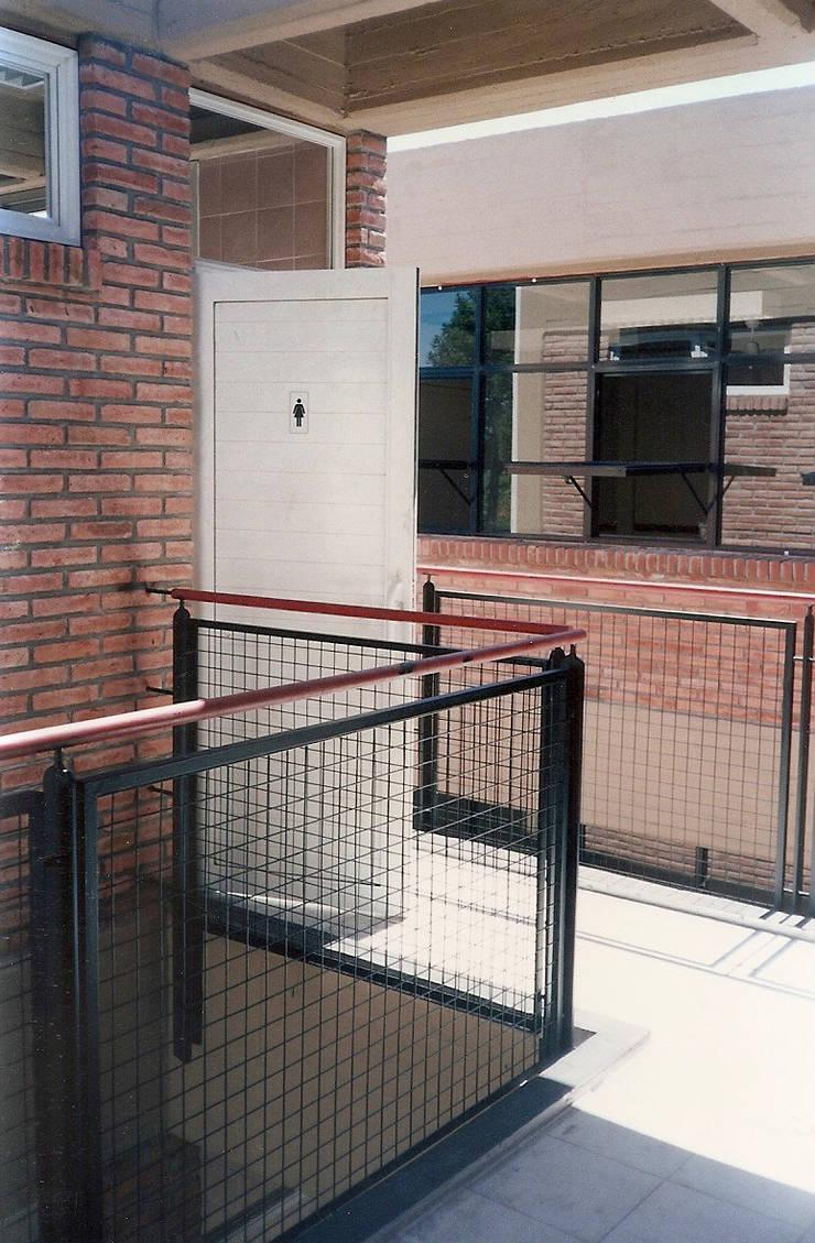 Sarmiento School: Escuelas de estilo  por Estudio D3B Arquitectos,