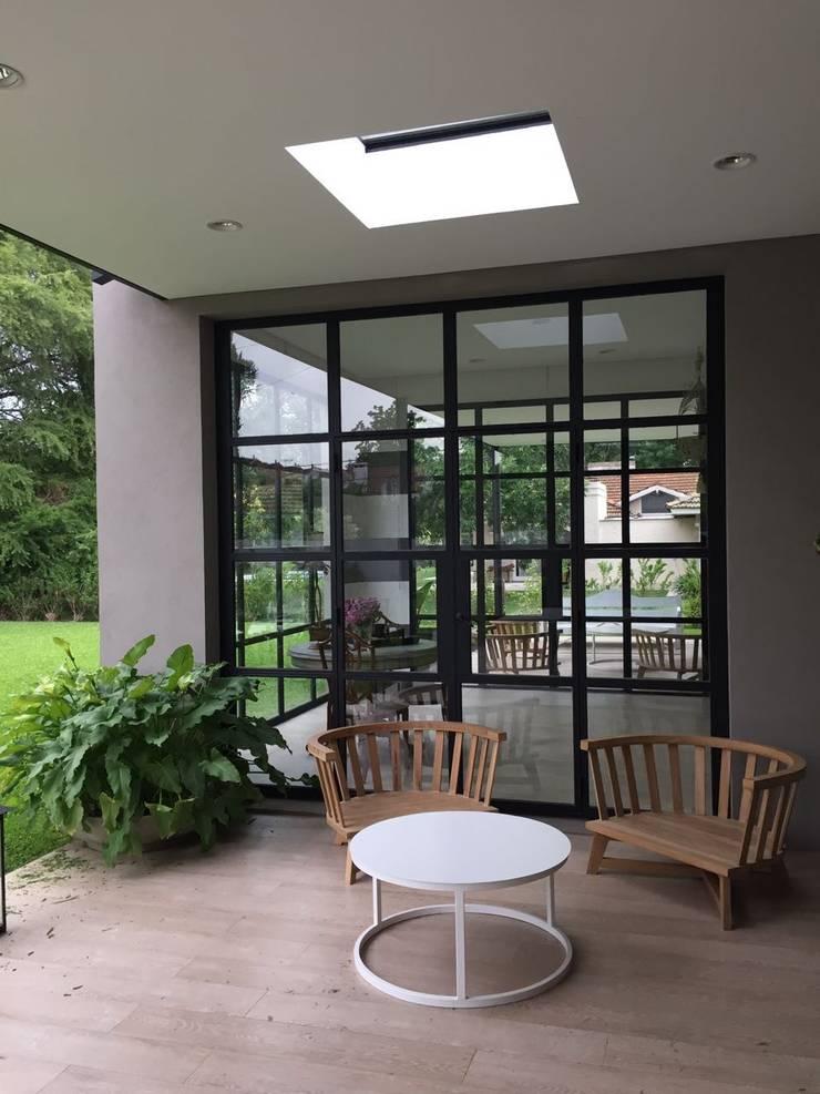 CASA EN TORTUGAS CC-GALERIA: Casas unifamiliares de estilo  por Estudio Dillon Terzaghi Arquitectura - Pilar,Clásico Hierro/Acero