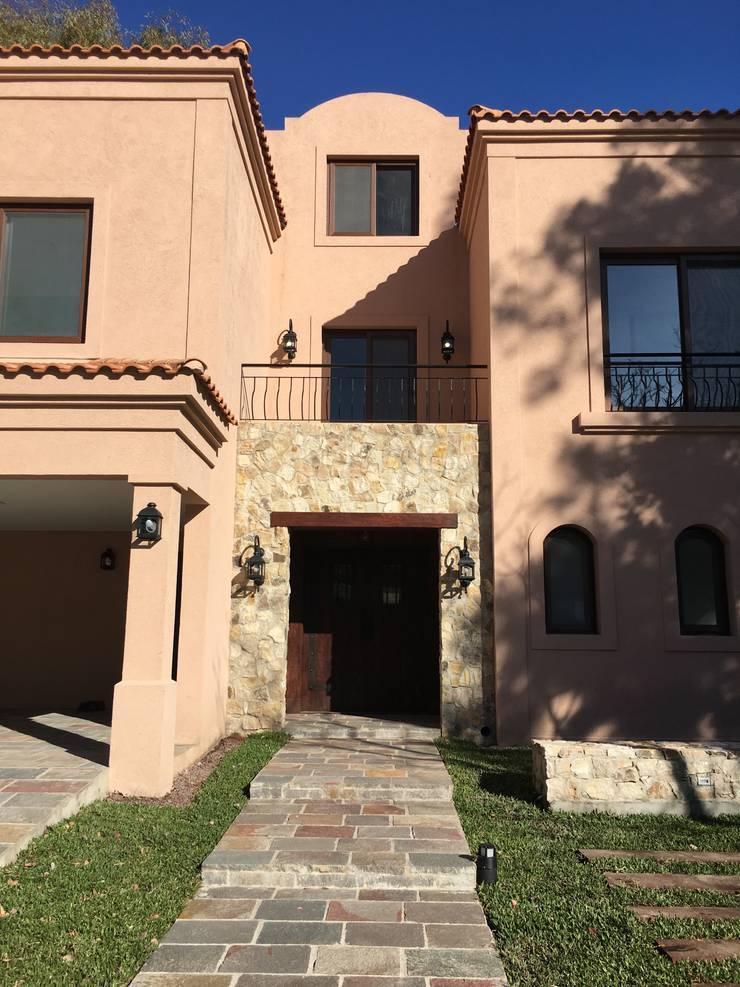 CASAEN SAINT THOMAS CC: Casas unifamiliares de estilo  por Estudio Dillon Terzaghi Arquitectura - Pilar,