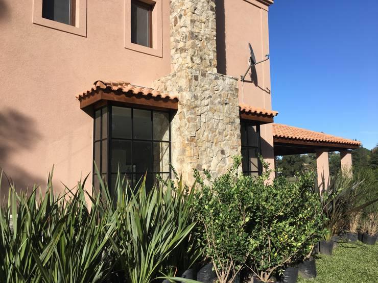 CASA EN SAINT THOMAS CC: Jardines de invierno de estilo  por Estudio Dillon Terzaghi Arquitectura - Pilar,