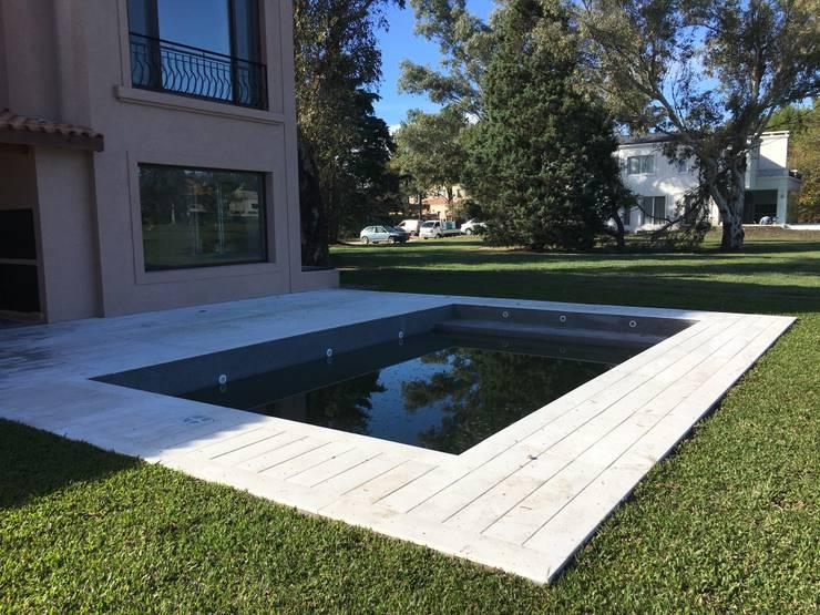 CASA E SAINT THOMAS CC: Piletas de jardín de estilo  por Estudio Dillon Terzaghi Arquitectura