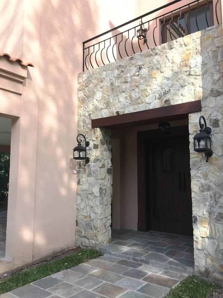 CASA EN SAINT THOMAS CC: Casas unifamiliares de estilo  por Estudio Dillon Terzaghi Arquitectura - Pilar,