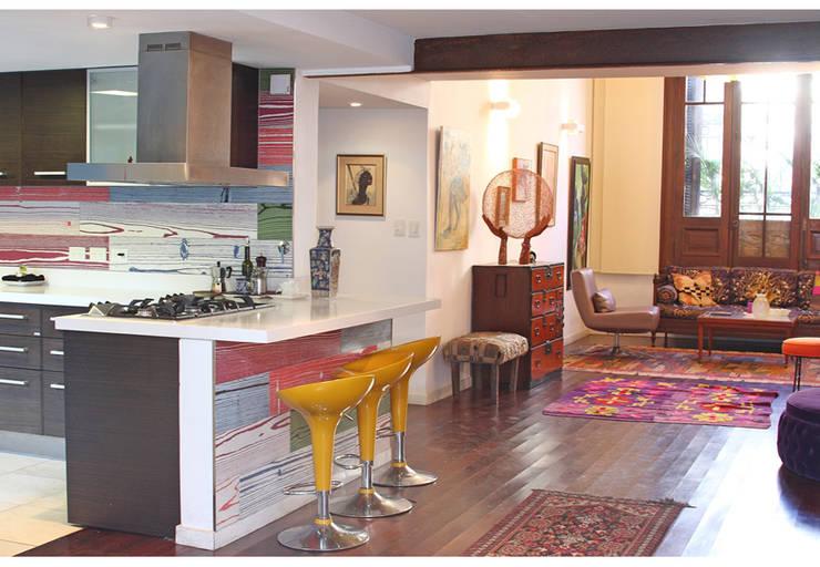 Casa Gold: Cocinas de estilo asiático por MINUÉ Arquitectura