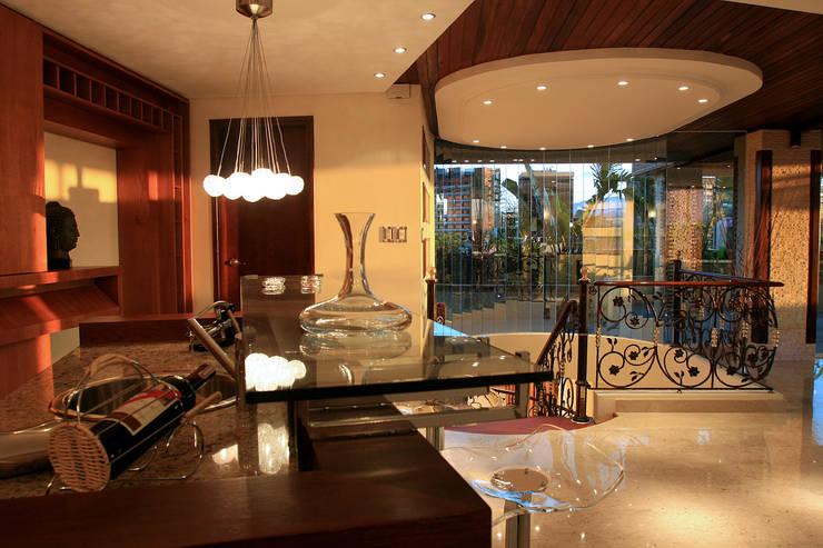 Detalles de bar Salas de estilo clásico de Arq Renny Molina Clásico