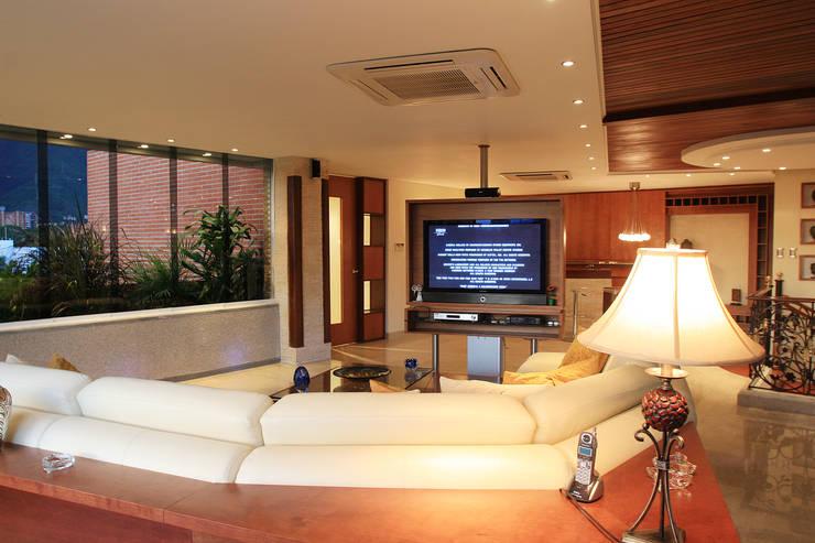 Cálido y confortable Salas multimedia de estilo clásico de Arq Renny Molina Clásico