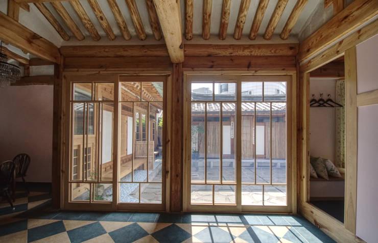 Salas / recibidores de estilo  por 참우리건축, Asiático