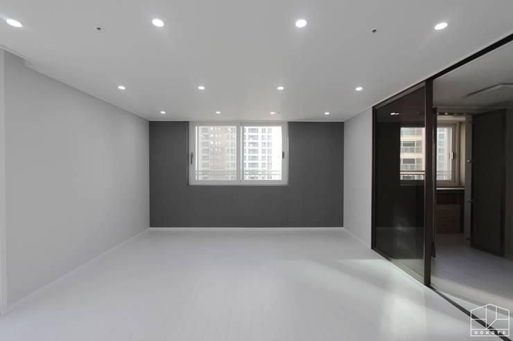 깨끗하고 모던한 분위기의 46평 아파트 인테리어: 홍예디자인의  침실,