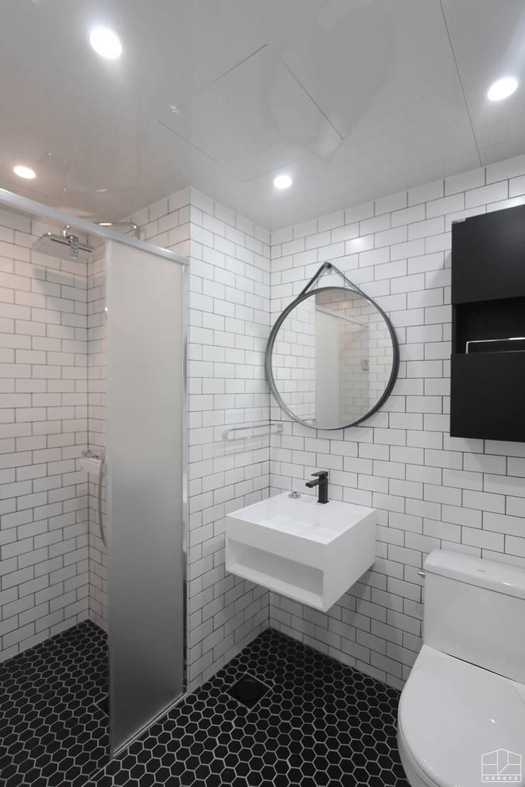 깨끗하고 모던한 분위기의 46평 아파트 인테리어: 홍예디자인의  욕실,