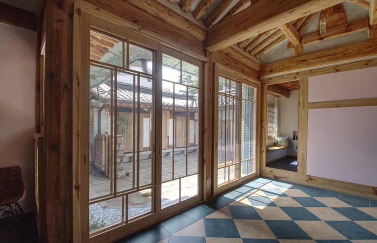 'Hyehwa1938' – korean modern traditional house: 참우리건축의  문