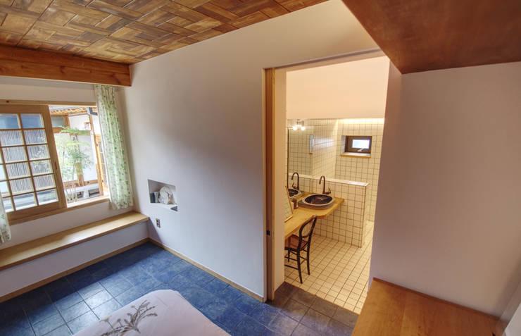 'Hyehwa1938' – korean modern traditional house: 참우리건축의  욕실