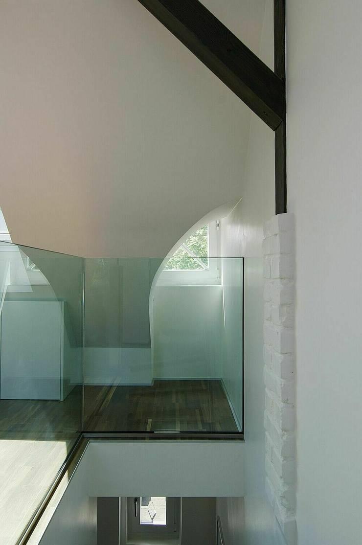 Glasballustrade mit historischem Fenster:  Treppe von schüller.innenarchitektur