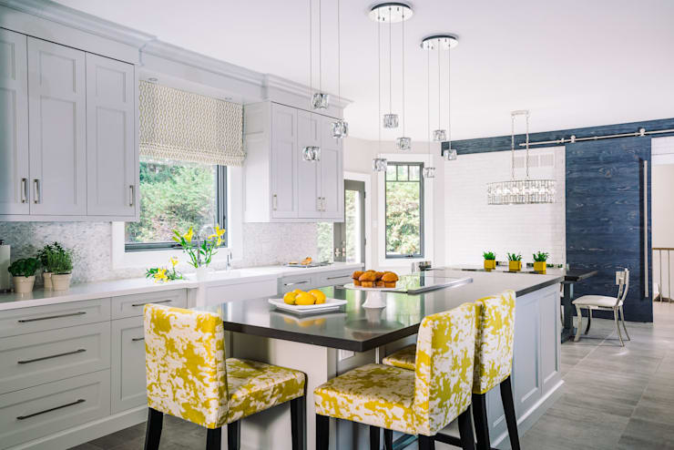 Bright and Cheery Kitchen:  Kitchen by Frahm Interiors