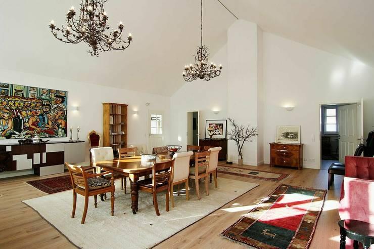 ursprüngliche Badehalle:  Wohnzimmer von schüller.innenarchitektur