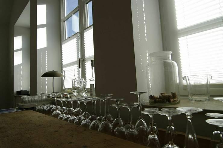 Dekoration in der ursprünglichen Badehalle:  Wohnzimmer von schüller.innenarchitektur
