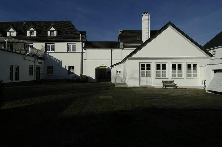 Außenansicht der ursprünglichen Badehalle:  Mehrfamilienhaus von schüller.innenarchitektur