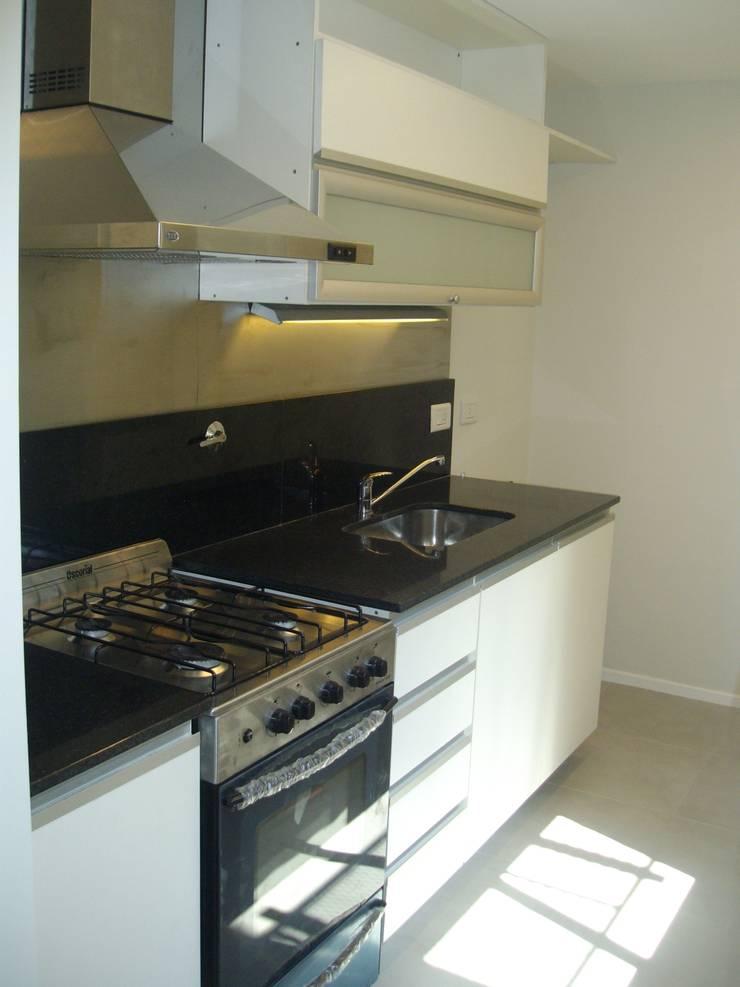 Casa Chenaut - Cocina: Cocinas a medida  de estilo  por NG Estudio,Moderno Azulejos