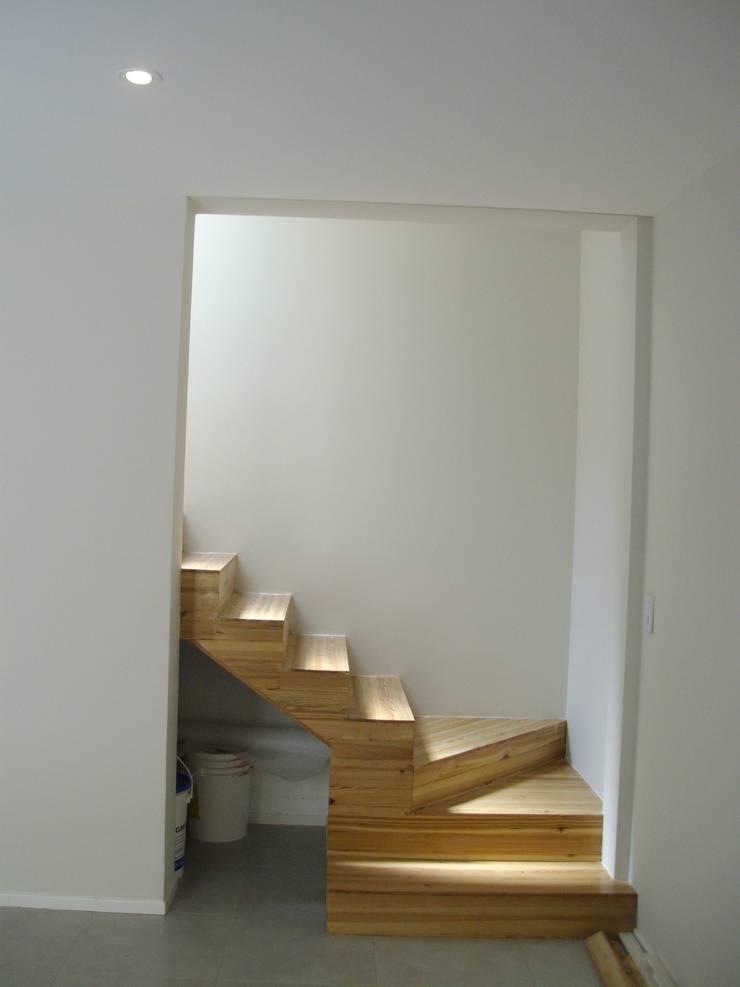 Casa Chenaut - Escalera a 1°P: Escaleras de estilo  por NG Estudio,Moderno Madera Acabado en madera