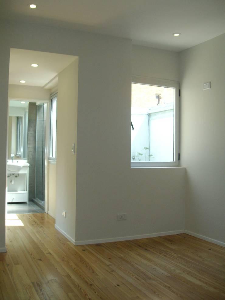 Casa Chenaut - Dormitorio en suite: Dormitorios de estilo  por NG Estudio,Moderno Cerámico