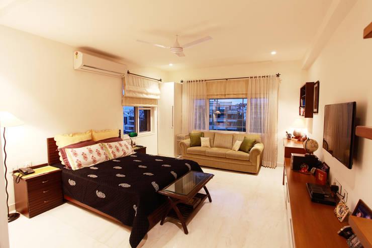 Lotus Apartment:  Bedroom by Saloni Narayankar Interiors