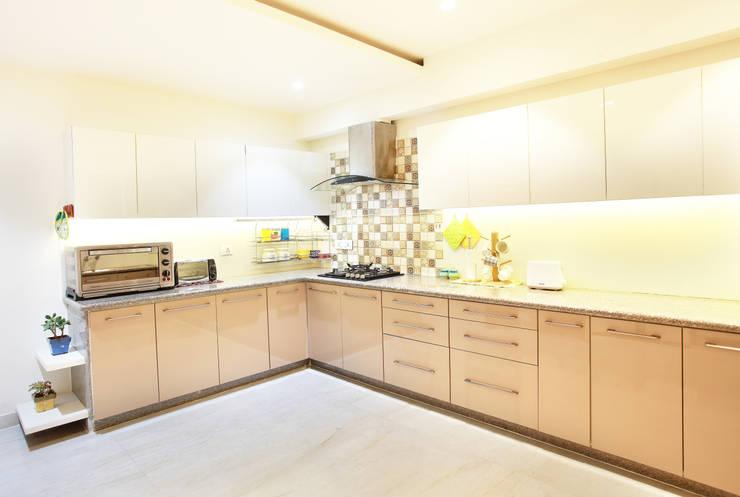 Lotus Apartment:  Kitchen by Saloni Narayankar Interiors
