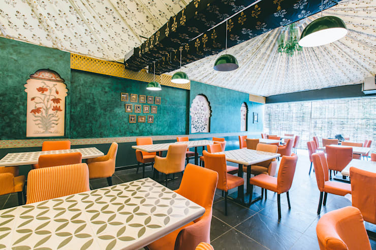 Restaurant, Jubilee Hills:  Bars & clubs by Saloni Narayankar Interiors