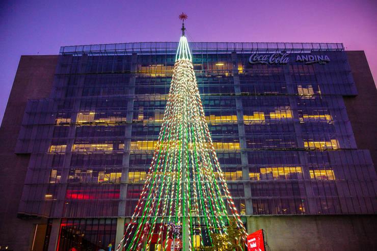Árbol de Navidad Coca Cola 2015: Oficinas y tiendas de estilo  por Tetralux Arquitectos