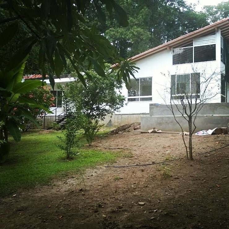 Casa Toro Fachada: Casas de estilo  por La Caja De Herramientas - Taller de Arquitectura