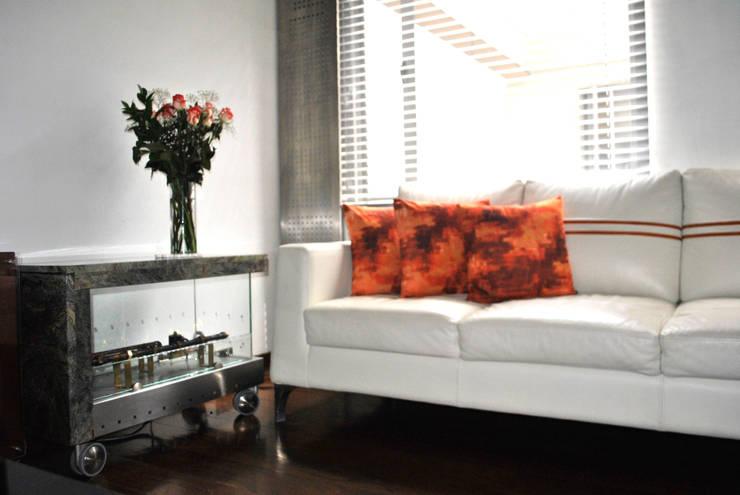 sofa en piel color almendra: Salones de estilo  por in Design & Craft