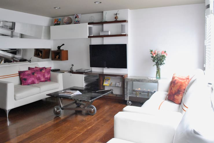 sofas en piel color almendra: Salones de estilo  por in Design & Craft