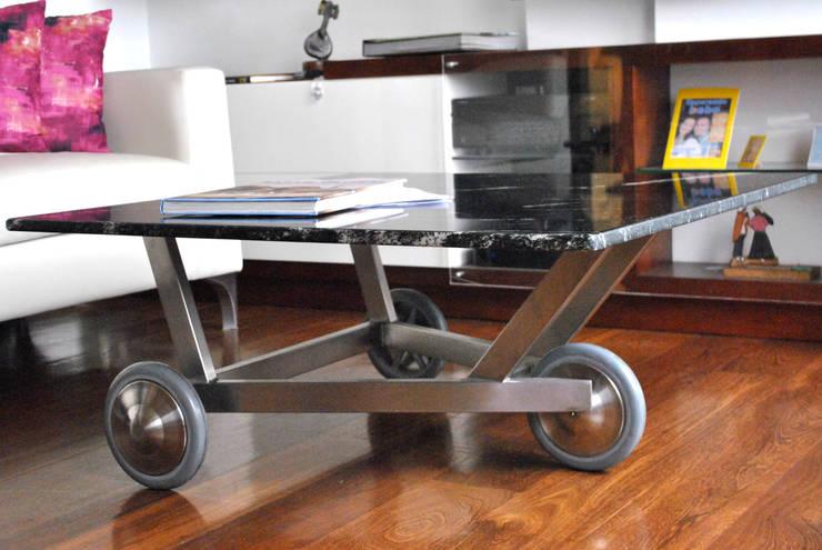 mesa triciclo: Salones de estilo  por in Design & Craft