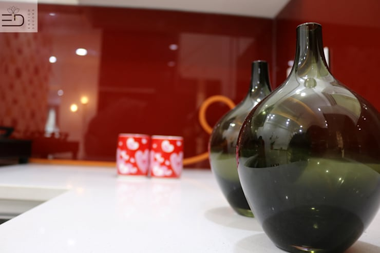 Backsplash Toughned Glass: modern Kitchen by Enrich Interiors & Decors