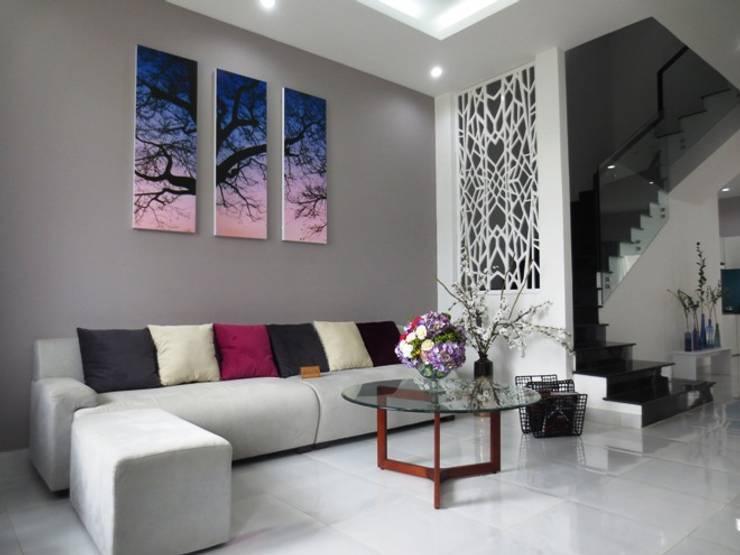 Không gian phòng khách được bài trí tinh tế.:  Phòng khách by Công ty TNHH Thiết Kế Xây Dựng Song Phát