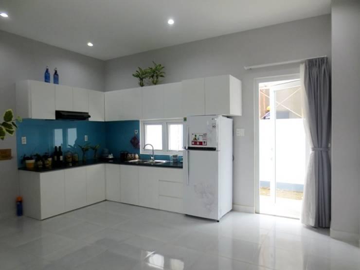 Mảng tường màu xanh biển làm duyên dáng thêm cho không gian nấu nướng.:  Phòng ăn by Công ty TNHH Thiết Kế Xây Dựng Song Phát