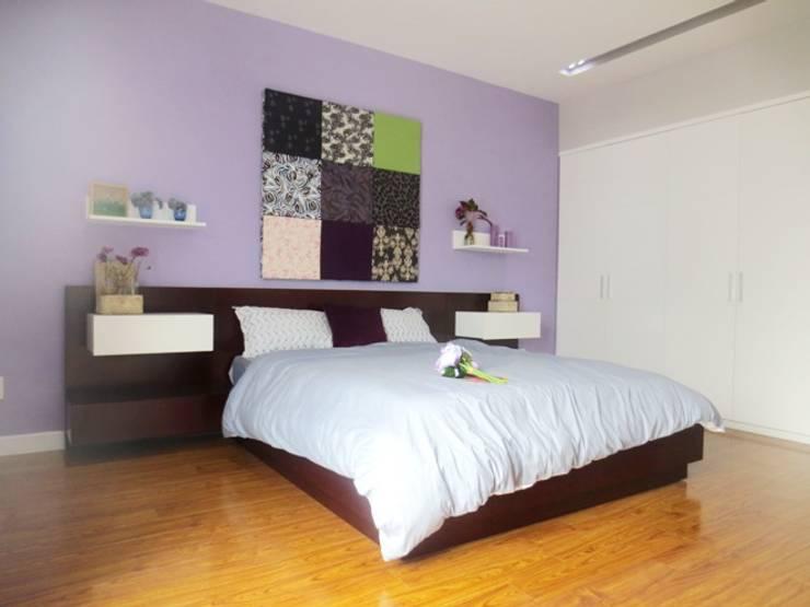 Phòng ngủ của bố được cách điệu cùng mảng tường đầu giường sơn tím.:  Phòng ngủ by Công ty TNHH Thiết Kế Xây Dựng Song Phát