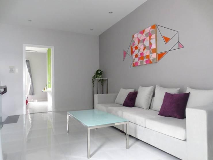 Phòng sinh hoạt chung được xem như phòng khách thứ 2 của gia đình.:  Phòng khách by Công ty TNHH Thiết Kế Xây Dựng Song Phát