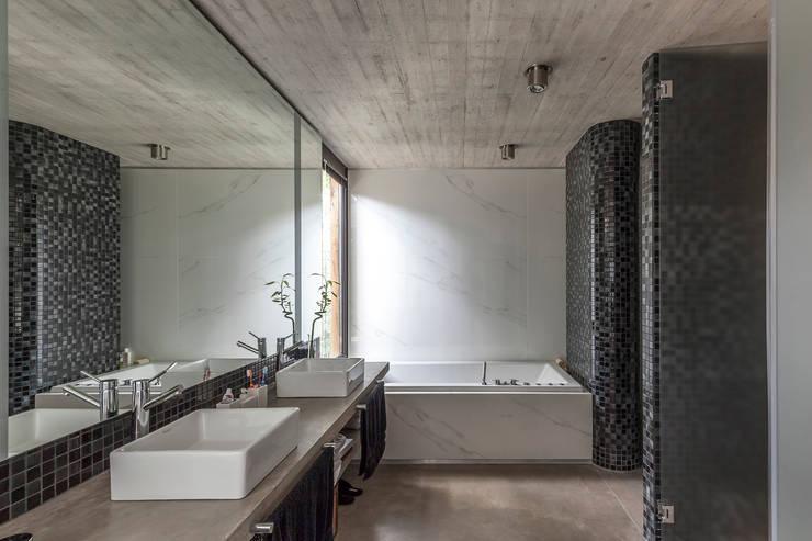 Casa Aranzazu: Baños de estilo  por Besonías Almeida arquitectos